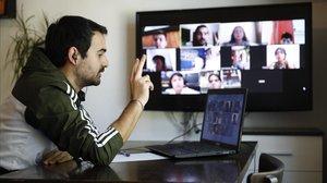 Raúl Galarza, profesor de sexto de Primaria de la escuela La Llacuna, mantiene una clase virtual con sus alumnos el 29 de abril.