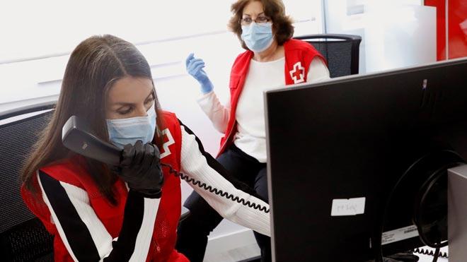 La reina Letizia ejerce de voluntaria junto a Cruz Roja.