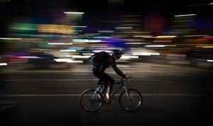 Un joven que transporta comida a domicilio en bicicleta.