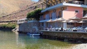 El restaurante en la playa de Porto Palermo, antes del derribo por las autoridades albanesas.