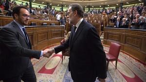 Mariano Rajoy saluda al portavoz socialista, Antonio Hernando, en el Congreso.