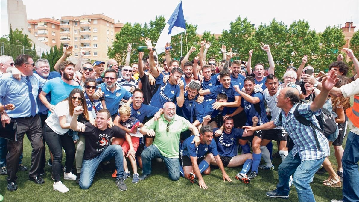 Antonio Morales, abajo en el centro con polo verde, celebra el ascenso de la Fundació Esportiva Grama en el cursoanterior junto a jugadores, aficionados y técnicos.