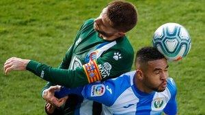 David López y En Nesyri pugnan por un balón.