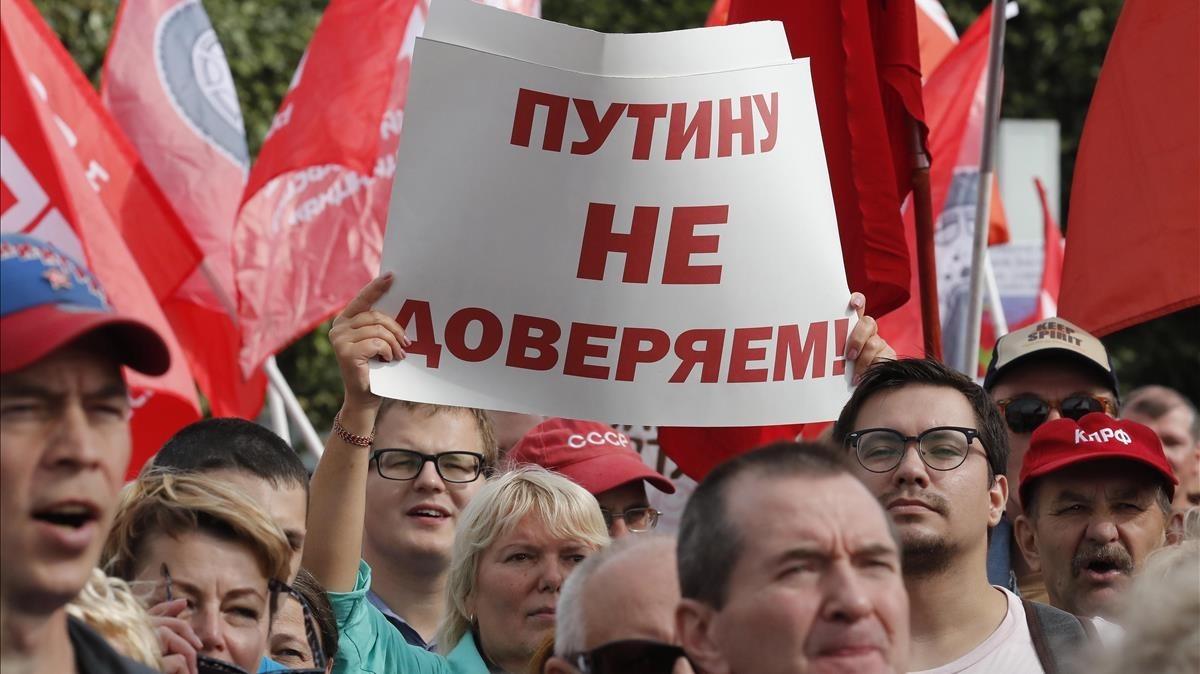 En San Petersburgo, una manifestante rusacontra la reforma de las pensiones sostiene un cartel en el que se lee: No confiamos en Putin.