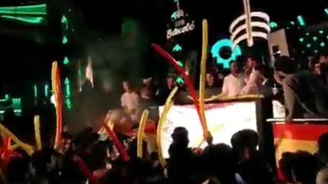 Santiago Abascal hace de DJ en un acto de las juventudes de VOX.