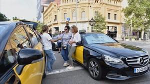 Concentración de taxistas en la Gran Via en el cruce con el paseo de Gràcia.
