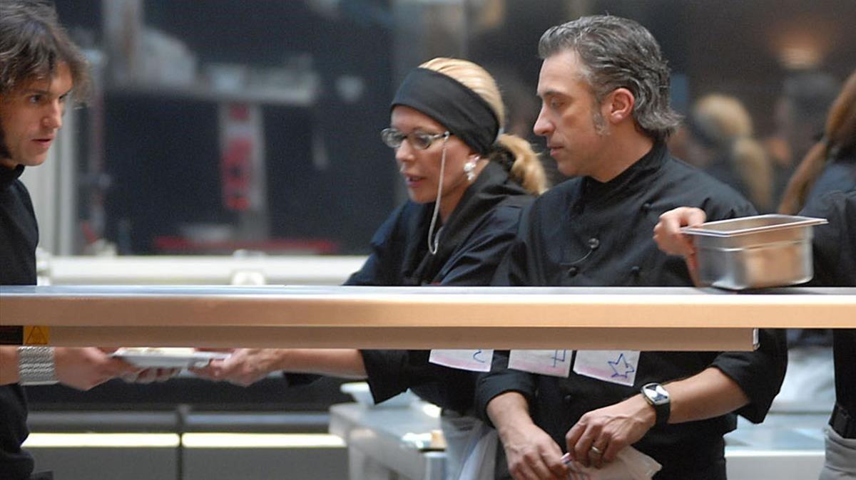 Sergi Arola observa a Bárbara Rey cocinando en 'Esta cocina es un infierno'.
