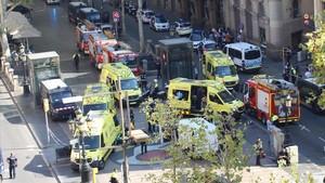 Servicios de emergencias y policías,junto a la furgoneta con la que se cometió el atentado en la Rambla de Barcelona.
