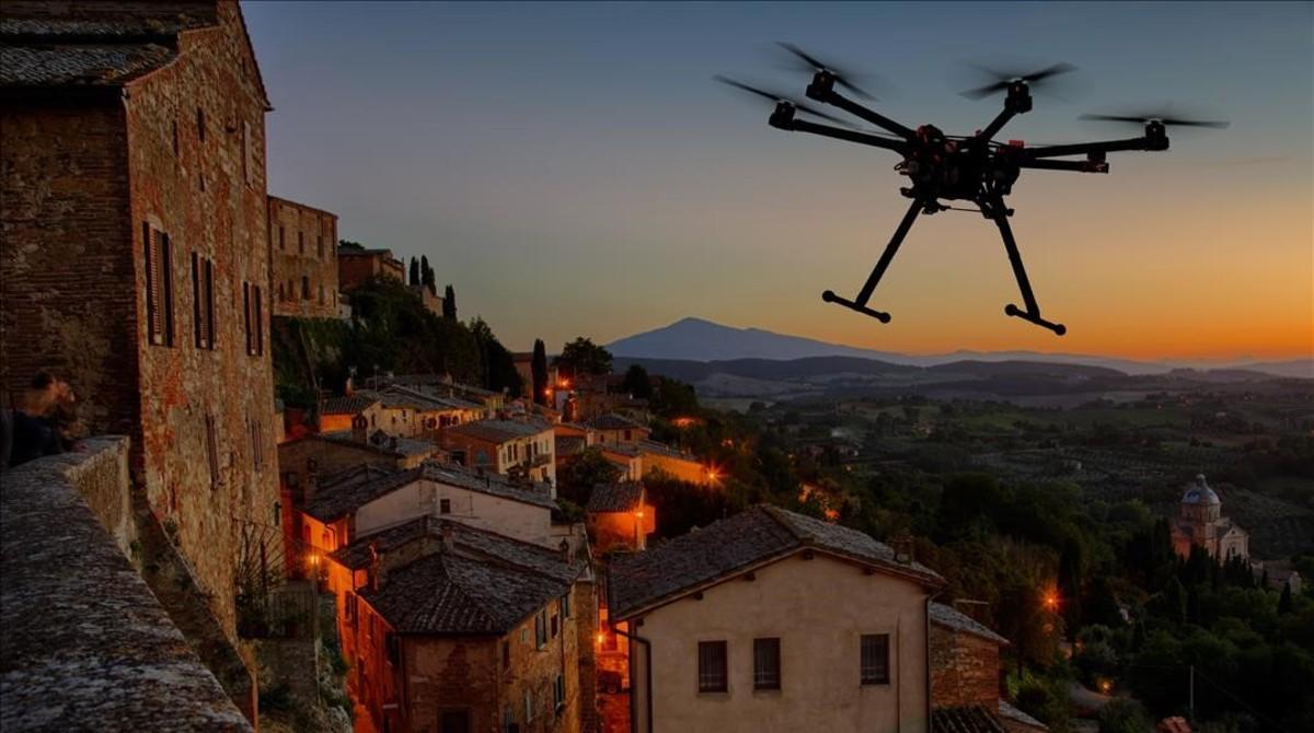 La silueta de un dron volando por una localidad europea.