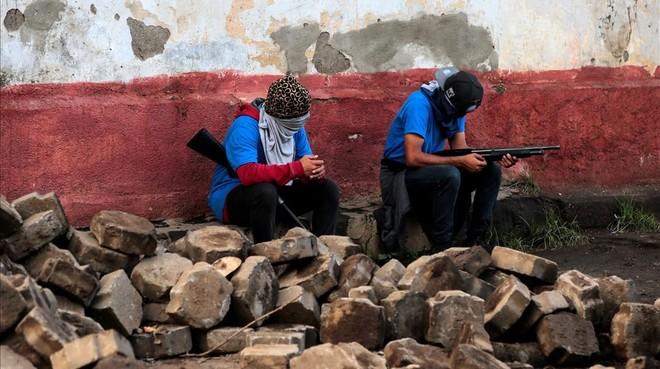 Simpatizantes del Gobierno armados en una barricada en Monimbo, en Masaya.