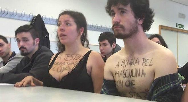 Protesta de estudiantes ante el profesor Luciano Méndezpor los supuestos comentarios sexistas que dirigió a una estudiante.