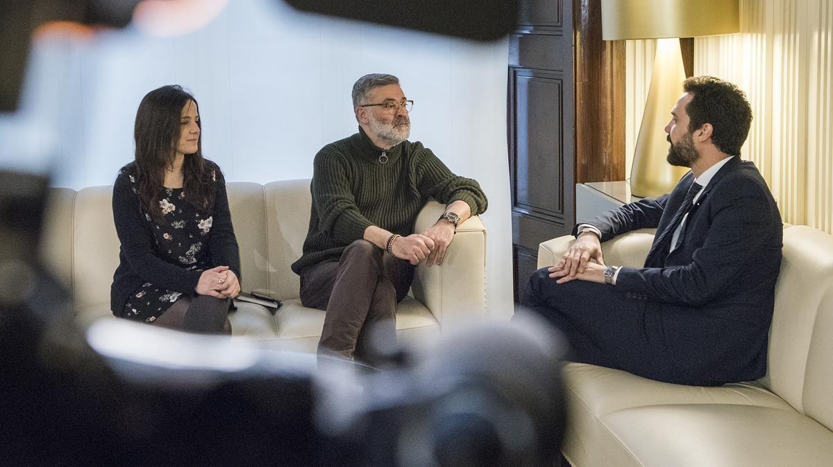 Los diputados de la CUP Maria Sirvent y Carles Riera, con el presidente del Parlament, Roger Torrent, en la ronda de consultas por la investidura.