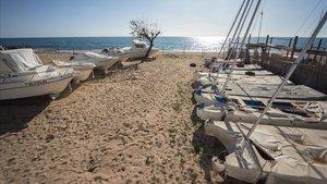 Club náutico de playa de Pineda de Mar, con sus últimas embarcaciones sobre la arena, el pasado martes.