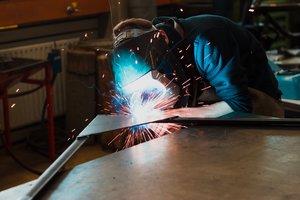 La fábrica Opel necesita trabajadores formados como soldador