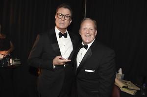 Stephen Colbert (izquierda), presentador de la gala de los Emmy, bromea junto a Sean Spicer.