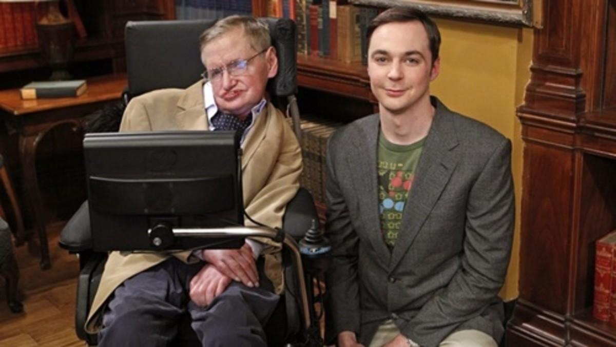 Stephen Hawking con Jim Parsons, el actor que encarna a Sheldon Cooper, juntos en el plató de The Big Band Theory, en el 2012.