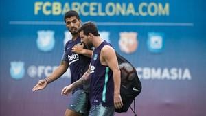 Suárez y Messi, en el inicio del entrenamiento del Barcelona en la ciudad deportiva de Sant Joan Despí.