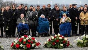 Supervivientes del Holocausto participan en un acto en el campo de concentración de Buchenwald, este lunes.