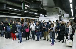 GRA189. BARCELONA, 09/02/2016.- Un grupo de viajeros observa los paneles informativos en la estación de Sants de Barcelona después de que servicio de trenes haya quedado interrumpido en la red de cercanías de Barcelona desde primera de hora de la mañana ante la presencia de humo en los túneles, provocado por un incendio en una antigua estación. EFE/Andreu Dalmau