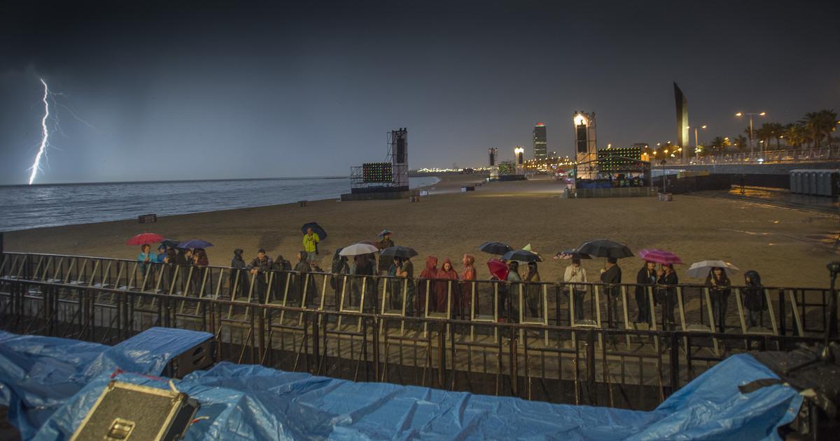 Suspendido el concierto en la playa del Bogatell por la tormenta que ha caido.