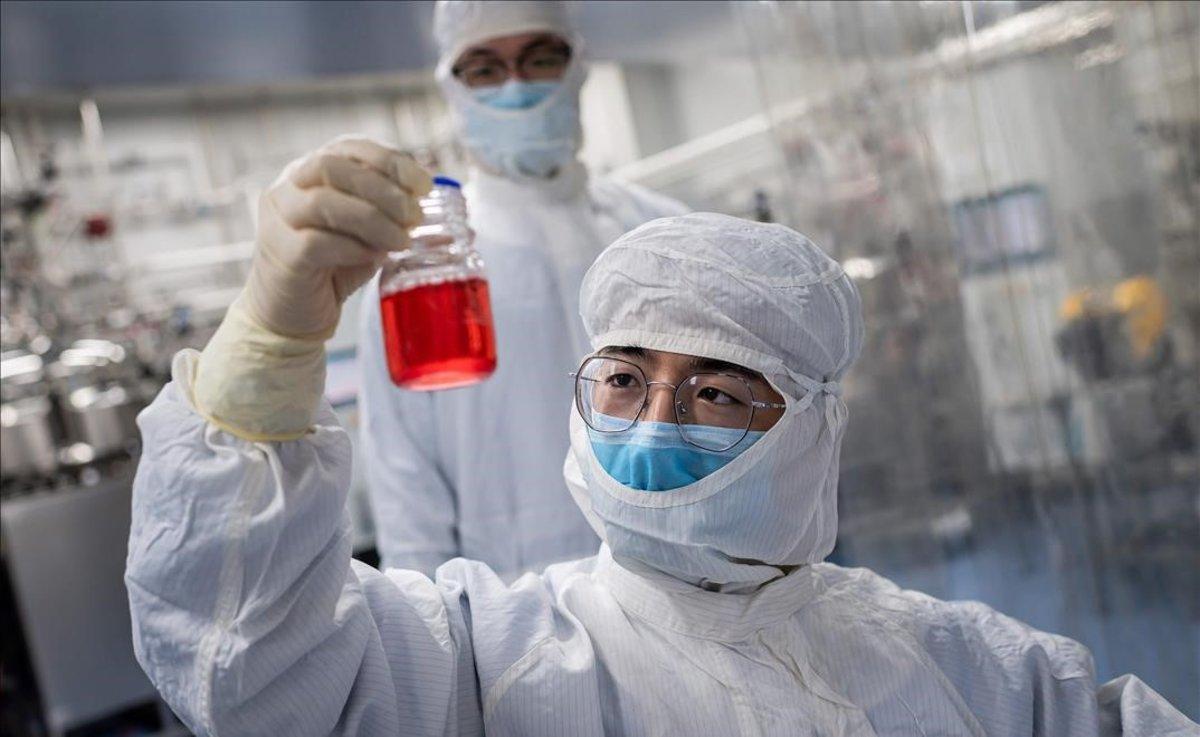Un técnico trabaja en pruebas para una vacuna experimental para el coronavirus, en un laboratorio de Pekín.
