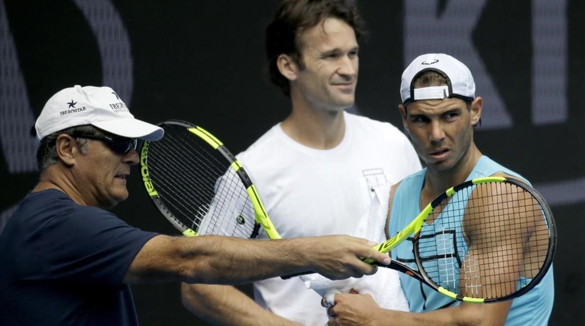 Toni Nadal, Carlos Moyà y Rafael Nadal, en el entrenamiento de este domingo en Melbourne.