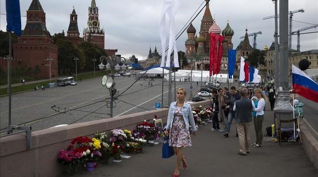 Transeúntes pasan, el pasado agosto, junto al lugar donde cayó abatido, el 27 de febrero del 2015, Borís Nemtsov, en Moscú.