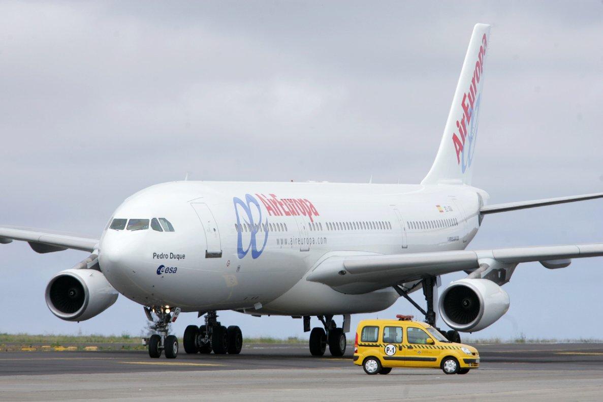 TF 07 Santa Cruz de Tenerife 19 04 05 - El primer Airbus 340-200 de Air Europa se dirige a la plataforma de estacionamiento del aeropuerto de Tenerife Norte tras aterrizar procedente de Madrid en su vuelo inaugural tras su entrega a la compania que iniciara con este aparato sus operaciones a China el proximo mes de mayo EFE Ramon de la Rocha