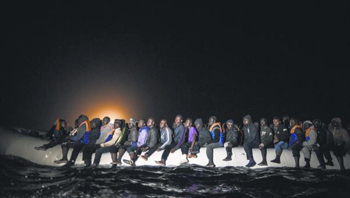 Refugiados que tratan de llegar a Europa en una balsa, cerca de la costa de Libia.