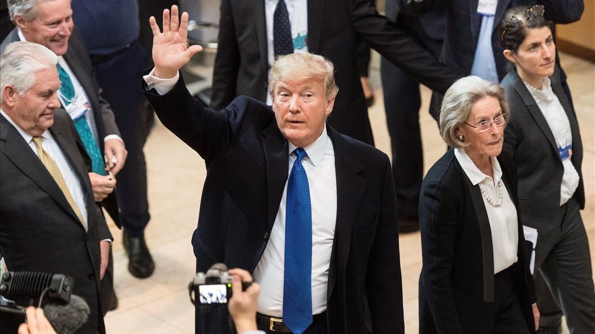 Trump saluda a su llegada al Foro Económico Mundial, en Davos, el 25 de enero.