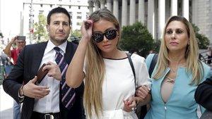 Una de las víctimas de los abusos de Epstein al salir del juicio junto a su abogada.
