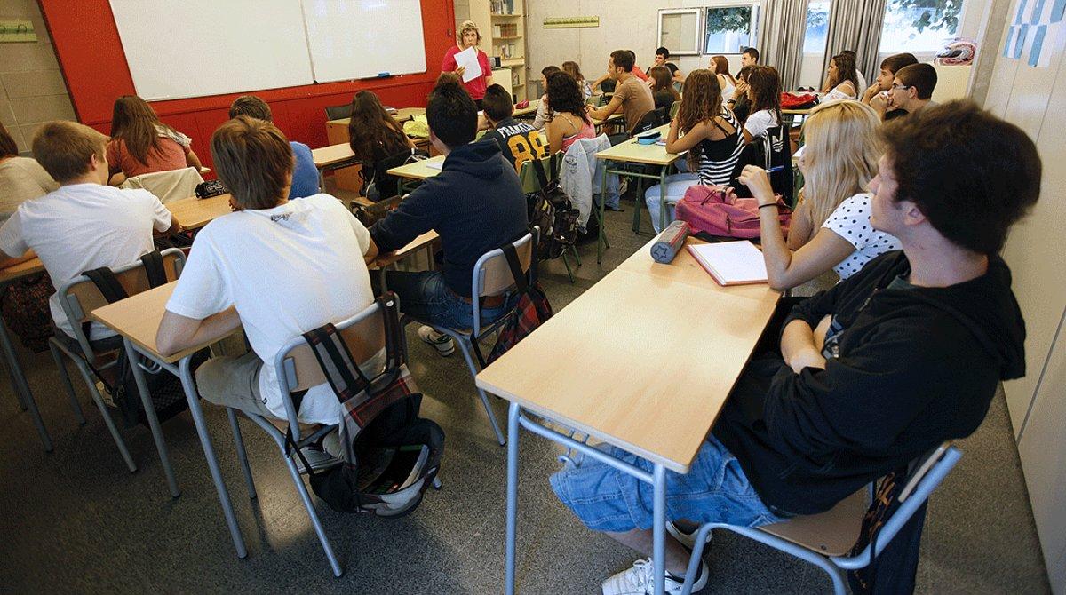 Una profesora imparte una clase en un instituto de Barcelona, en una imagen de archivo.