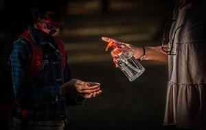 Una profesora pone gel desinfectante a un alumno, al inicio de las clases, en un colegio de Barcelona.