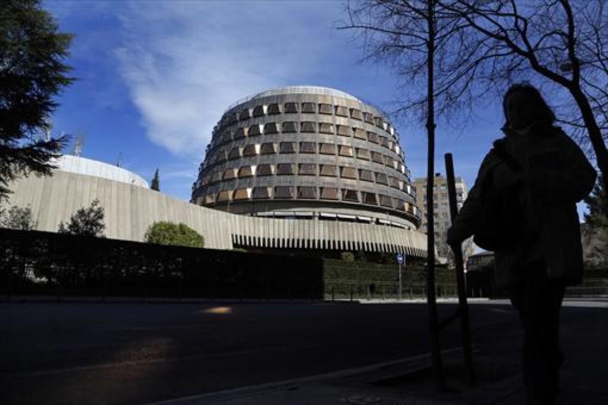 Una transeúnte pasa junto a la sede del Tribunal Constitucional, en Madrid.
