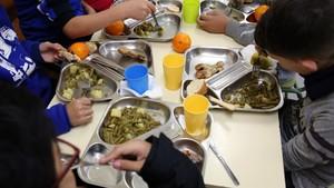 Repartides més de 1.400 'targetes moneder' a famílies amb beca menjador a Cornellà