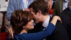 Soraya Sáenz de Santamaría y Pablo Casado se saludan, al inicio de la última jornada del congreso del PP.