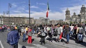 Personas desalojadas de edificios oficiales por el terremoto en Ciudad de México, este viernes.