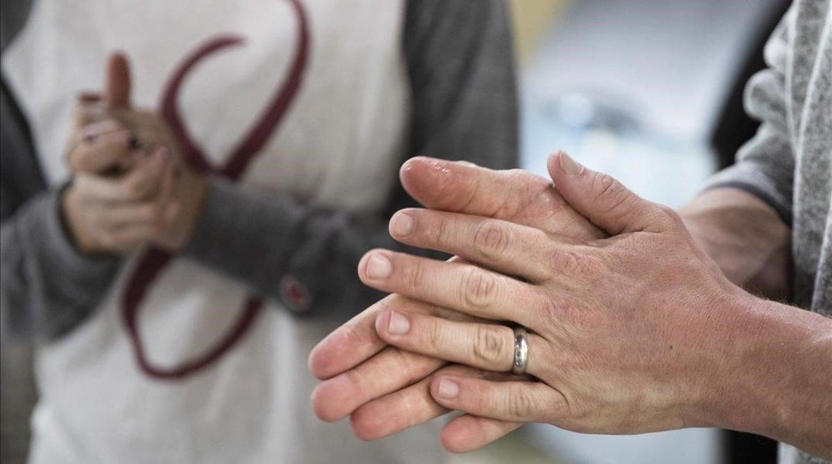 Uso de gel hidroalcohólico para desinfectar manos.