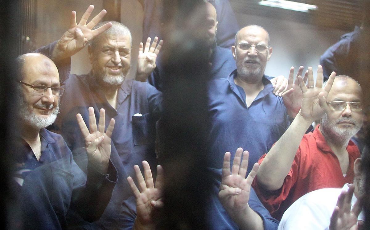 Varios de los líderes de los Hermanos Musulmanes, encarcelados.