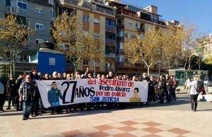 Vecinos, amigos y familiares de Pedro Álvarez se concentaron el domingo en L'Hospitalet para recordar al joven en el 27 aniversario de su asesinato