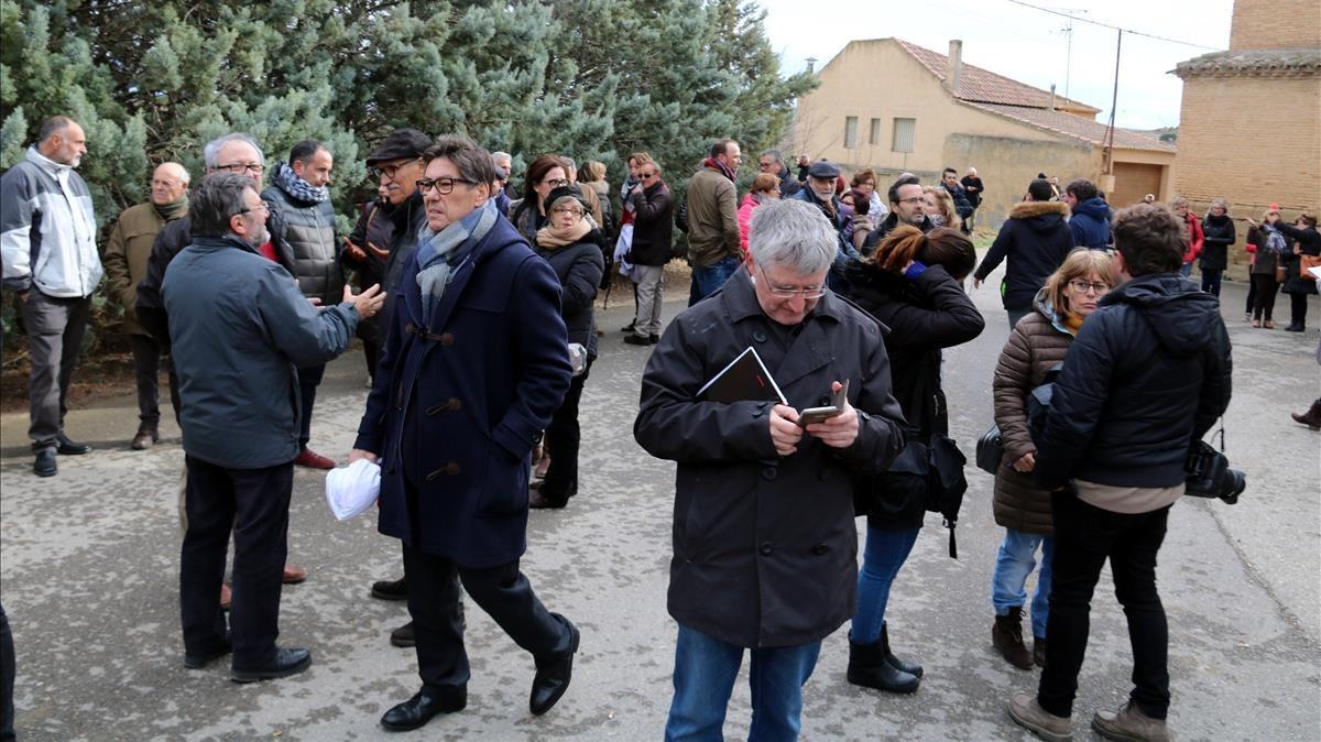 Vecinos de Vilanova de Sixena esperando la llegada de las 44 piezas.