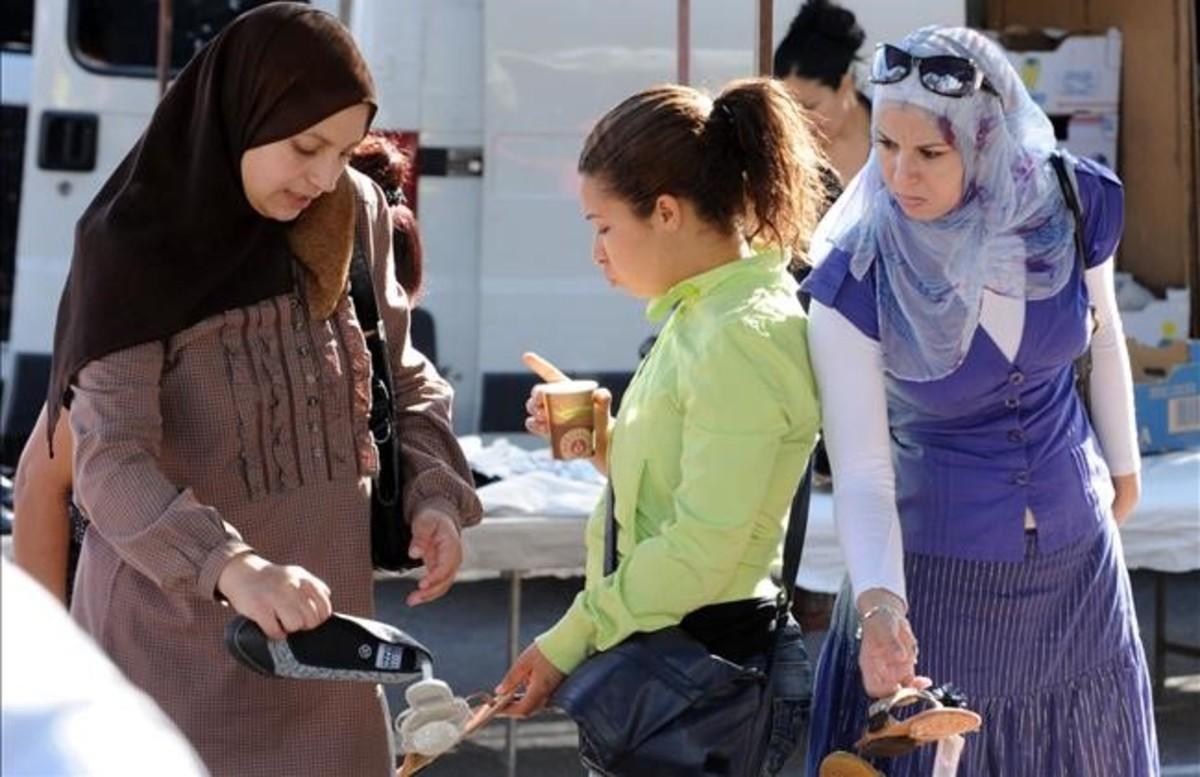 Mujeres musulmanas en un mercado de Lleida.