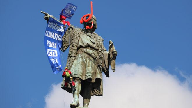 Greenpeace posa unes ulleres de bussejador a l'estàtua de Colom de Barcelona
