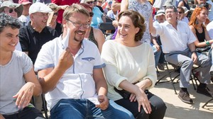 El portavoz de En Comú Podem en el Congreso,Xavier Domènech, y la alcaldesa de Barcelona,Ada Colau.