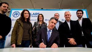 Xavier García Albiol junto a otros miembros de la candidatura del PPC