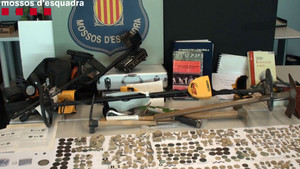 Material aprehendido por los Mossos y maquinaria que utilizaban los ladrones.