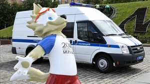 Zabivaka, la mascota del Mundial, junto a un furgón policial en Moscú.