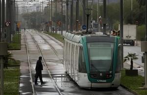 Un tranvía dela línea del Trambesòs, llegando a Glòries por Meridiana.