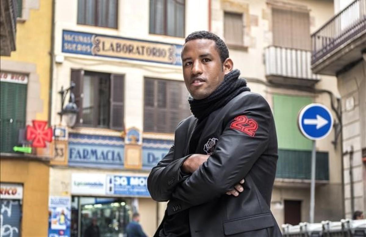 Omar, este viernes, junto a la sede del CCAR en Barcelona, en pleno Raval.