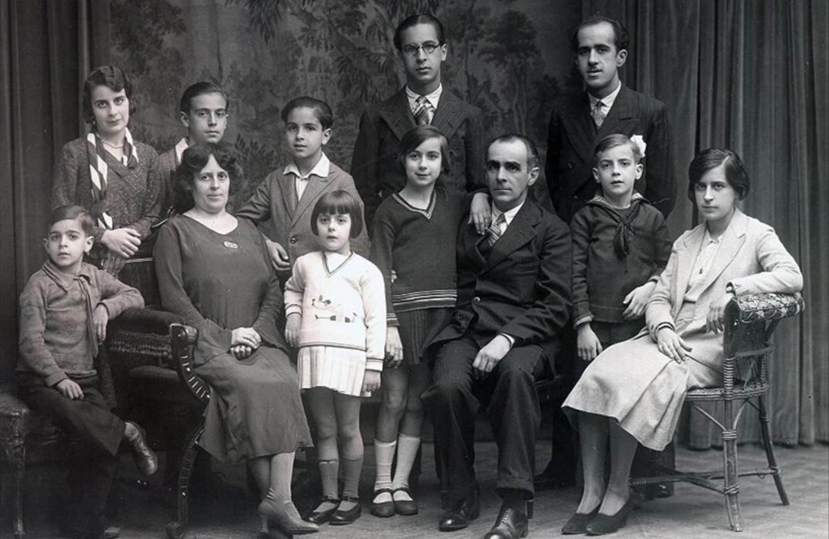 Milagros Caturla, en el centro, de oscuro y con el brazo apoyado sobre su padre, Luis, y en compañía de sus nueve hermanos y su madre, en los años 30.